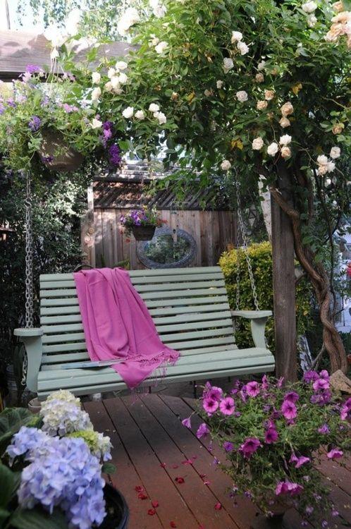 yeşil ahşap bahçe salıncağı