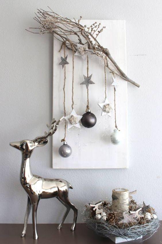 Edle Weihnachtswanddeko! Holzbrett natürlich dekoriert mit einem Rebenast, Sternen aus Birke, Holzsternen, Kugeln und Engelshaar! Preis 34,90€ Edle Tischdeko! Glasschale in einem Drahtnest auf Holzbrett! Dekoriert mit Kugeln, Hirschen,Sternen, Mo
