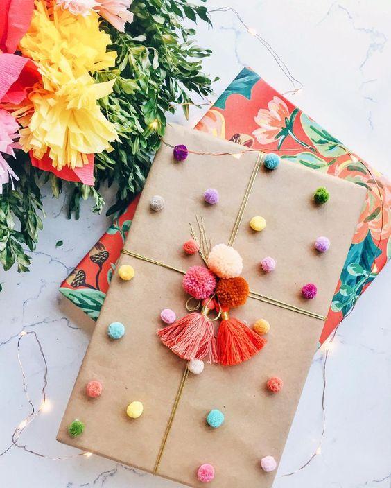 ponponlu yılbaşı hediye paketi süsleme fikirleri