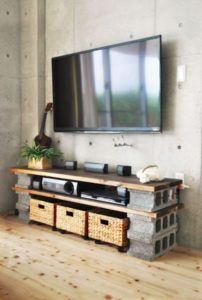 evde tuğla ve tahtadan tv ünitesi yapımı