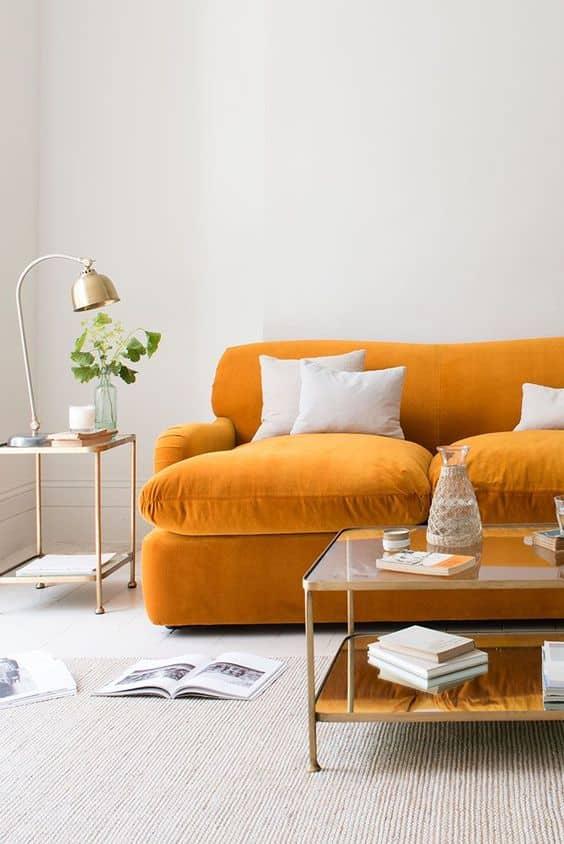 sade ve rahat turuncu koltuk dekorasyonu